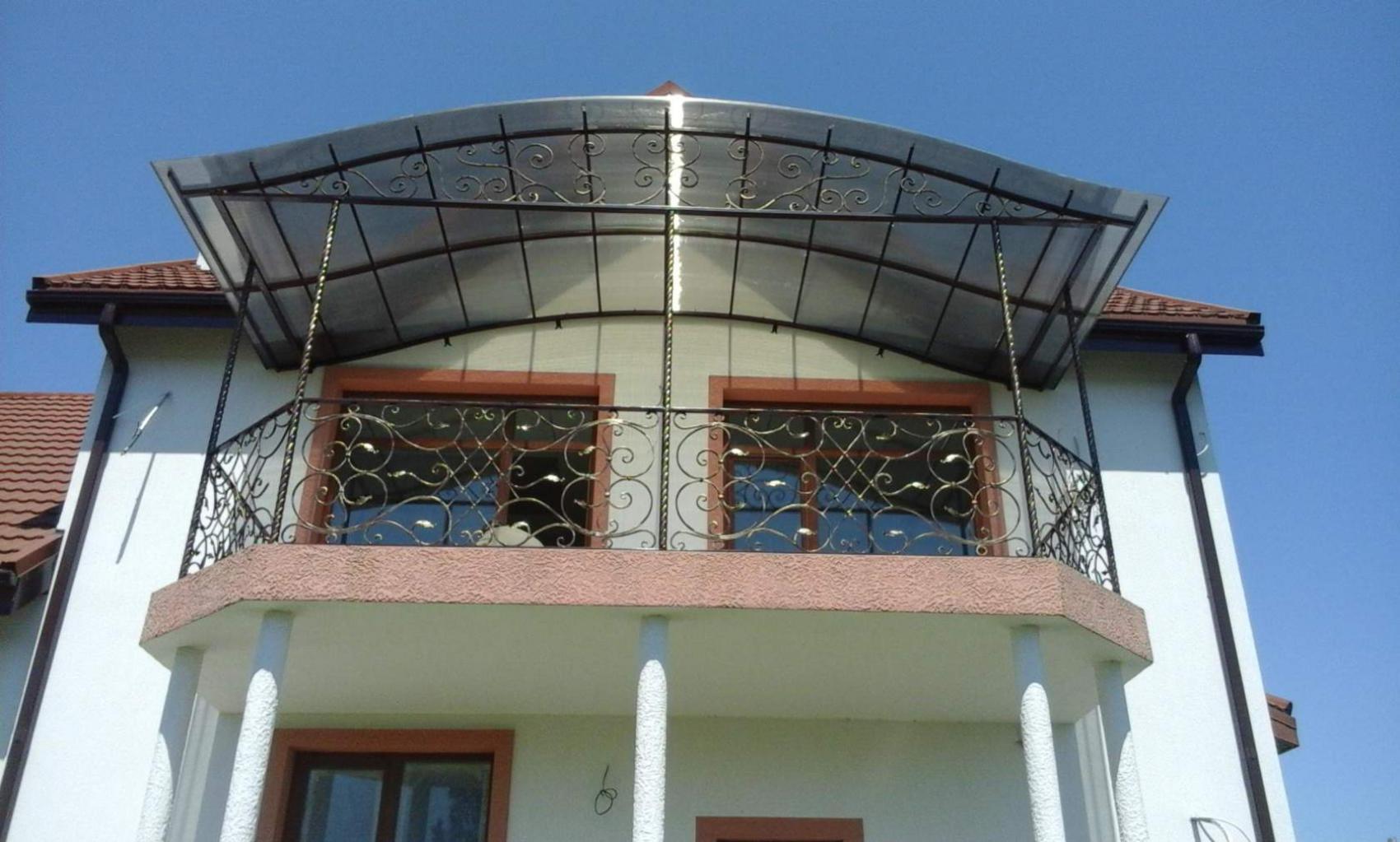 Красивые, кованые ворота, перила, балконы, навесы из сотовог.