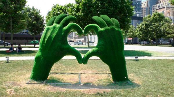 Зеленые руки, сложенные в сердечко - Новороссийск район Мыса любви