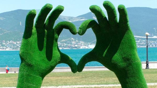 Зеленые руки, сложенные в сердечко - на набережной Новороссийска